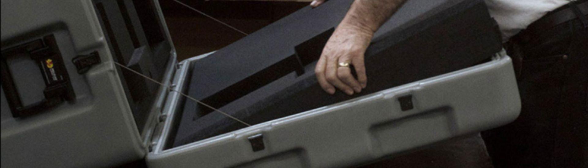 Mise en place d'un calage technique en mousse à l'interieur d'une valise